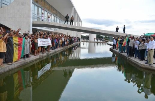 Brasília, 18/04/2013 – Indígenas fazem manifestação em frente ao Palácio do Planalto. Eles protestaram contra a PEC 215, que transfere para o Congresso poder de demarcar terras indígenas. Foto de Valter Campanato/ABr