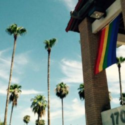 酷新聞:教堂掛彩虹旗 遭川普支持者闖入咆哮