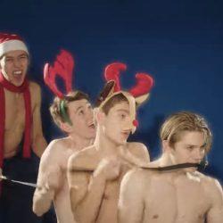 酷影音:牛津大學阿卡貝拉男團 赤膊雪戰賀聖誕