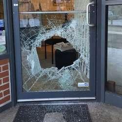 酷新聞:賓州LGBT中心 遭惡意人士丟磚砸破玻璃
