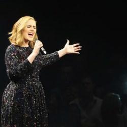 酷新聞:愛黛兒演唱會 邀扮裝皇后上台掀高潮