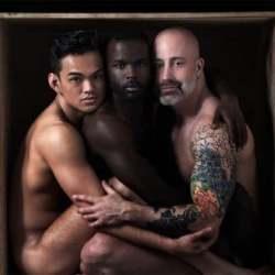 酷影像:同志攝影師「箱中裸男」呈現親密與脆弱情感