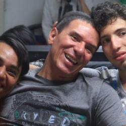 酷新聞:哥倫比亞出現「多元家庭」首例 三名男同志幸福成家