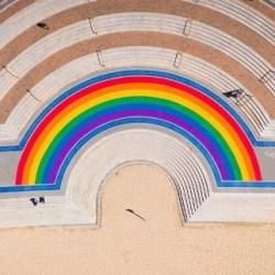 酷新聞:不受疫情影響 雪梨開啟彩虹景點 縮小規模迎同志遊行!