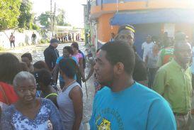 A tiros y bombazo Policía reprime protesta de mujeres y jóvenes en Villa Mella