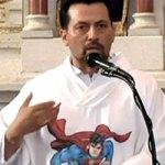 Padre Mexicano usa Bisnaga para Abençoar Fiéis