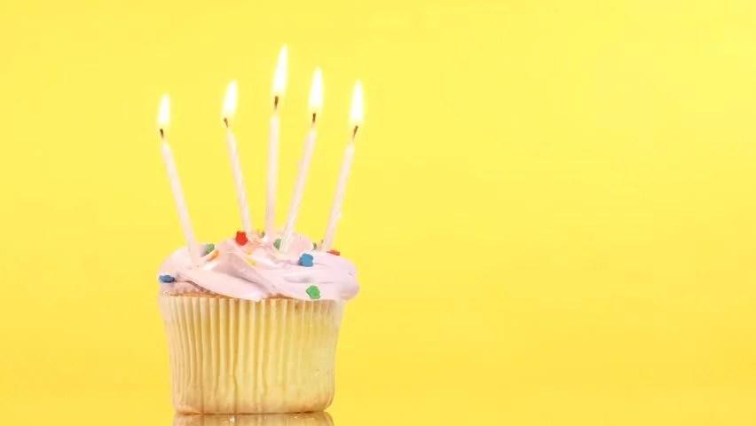Стоковое видео «Tasty Birthday Cupcake with One» (абсолютно без