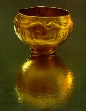 0017 Վանաձորի արքայական դամբարան.  ոսկյա գավաթ` արռյուծների բարձրաքանդակներով