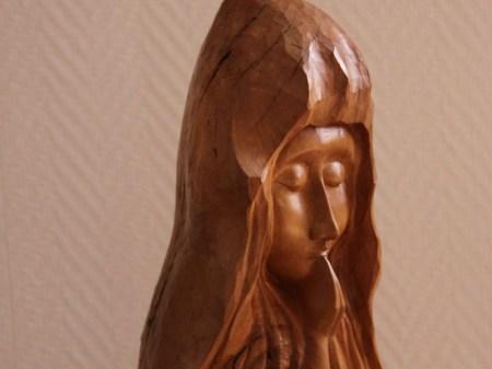 Vierge à la rose trémière
