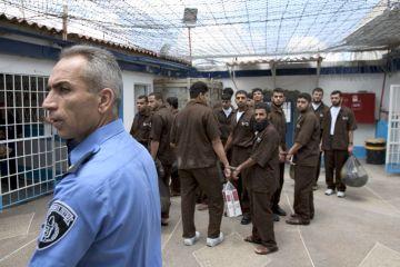 الأسرى في السجون