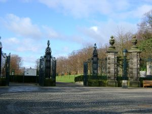 800px-Louise_Carnegie_Gates,_Pittencrieff_Park[1]