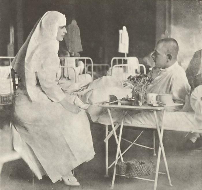 Regina Maria, în timpul unei vizite la unul din spitale, în anul 1917