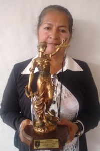 """Maria Ruby Tejada con el reconocimiento """"Símbolo de la Justicia"""""""