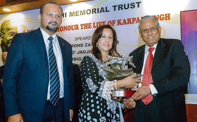 Gurmit-receives-award-on-behalf-of-Karpal