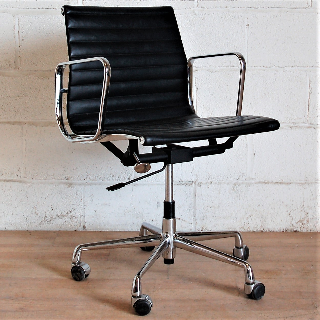 Charles Eames Charles Eames Aluminium Group Chair Black Leather 2085