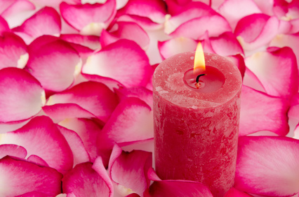 Kerze im Rosenblättermeer