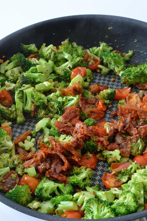 espirales-con-brocoli-tomates-y-pesto-ays-15