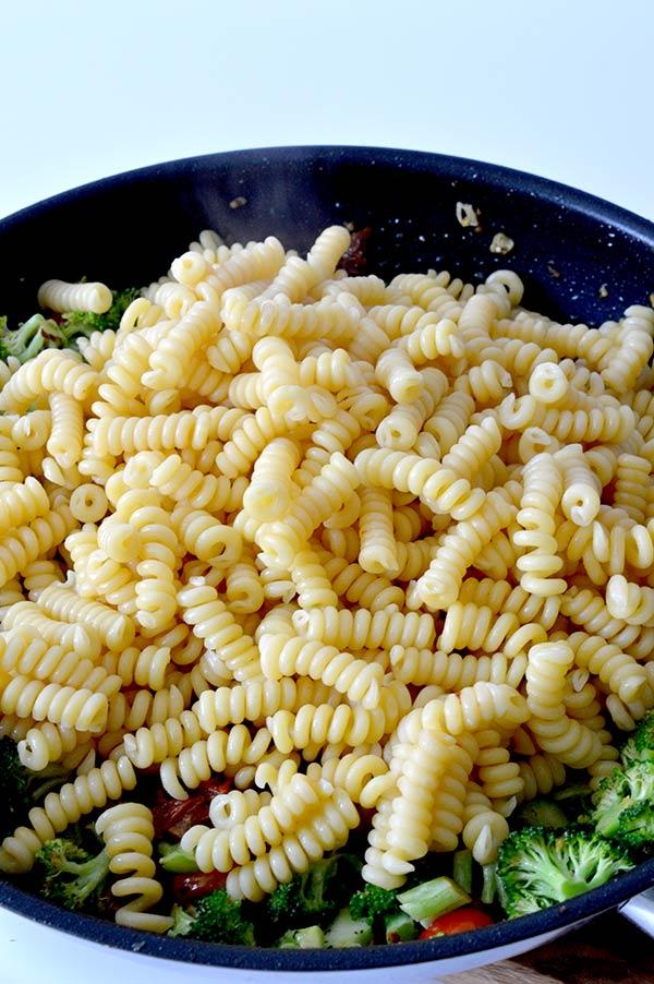 espirales-con-brocoli-tomates-y-pesto-ays-16