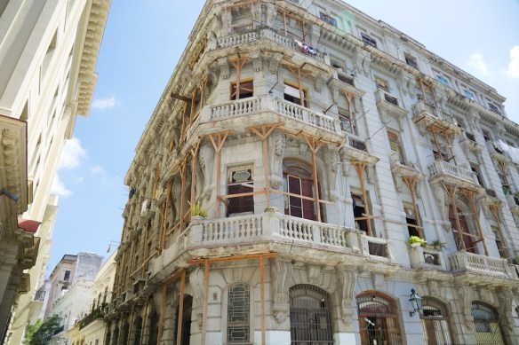 Building in Havana with homemade supports