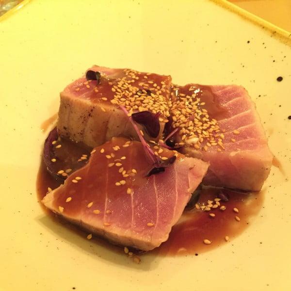 Taco de atún con salsa miso.