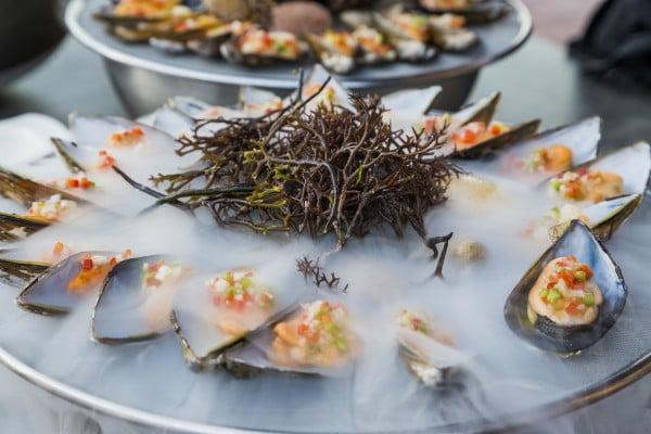 Frutos del mar con bruma del Cantábrico en directo.