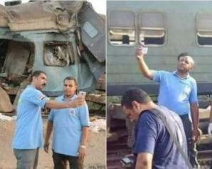 """مسعفون يلتقطون صور """"سيلفي"""" أمام حطام قطاري الإسكندرية"""