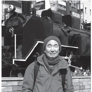 九州の出身。34歳のときに千葉大で胃がんの全摘手術を受ける。35歳でカナダに移住し、ガーデナー(植栽師)となる。3 年前にカナダで脳腫瘍を手術。(新橋駅SL広場)