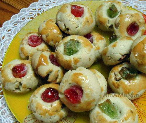 Рассыпчатое ореховое печенье домашнего приготовления с кусочками мармелада