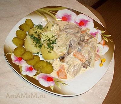 Тарелка очень вкусное еды: картошка, маринованные огурчики и, самое вкусное - тушеная с овощами свинина под сметанным соусом!
