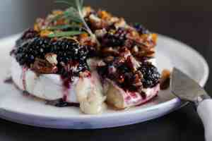 baked brie with blackberries and pecans