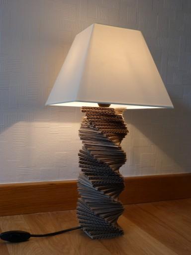 Pied de lampe en carton