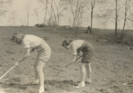 Mom_garden_1942