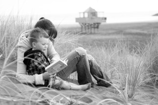 Reading Bethells beach, mum and child little boy photoshoot by Anais Photography, Auckland