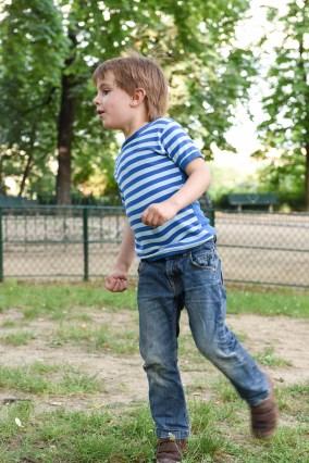 petit garcon qui joue au foot