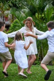Children are surpring their mother during their photoshoot