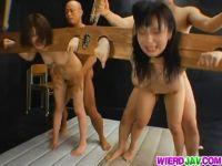 ギロチンに拘束された美人お姉さん達が鬼畜男達にレイプされ肛門にデカチンを挿入されるアナル動画画像無料