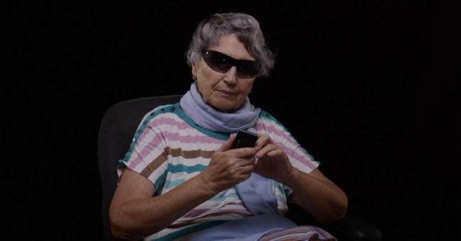 """""""Ich benutze mein Smartphone hauptsächlich dazu, Wörter im 'Urban Dictionary' nachzuschlagen, damit ich meine Enkelkinder besser verstehe. Und natürlich, um coole Sonnenbrillen online zu bestellen."""" (Foto: Verbaska)"""