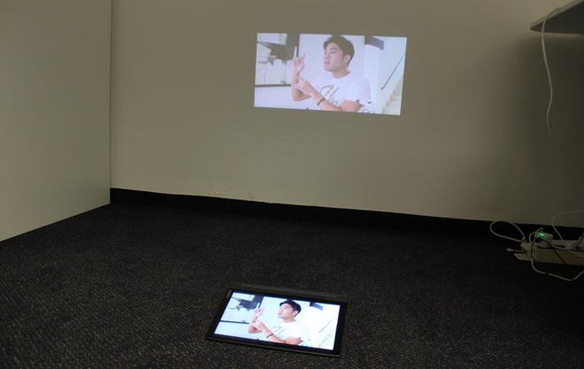 Ist der Raum abgedunkelt, reicht die Lichtleistung des kleinen Tablet-Projektors durchaus für ein brauchbares Bild.