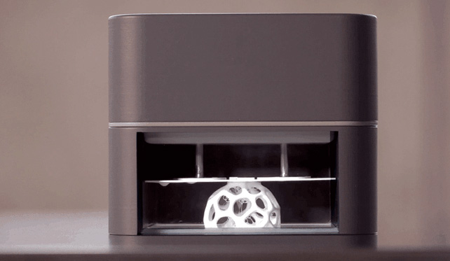 Mittels Licht (DLP) wird das flüssige Ausgangsmaterial verhärtet. (Foto: Kickstarter.com)