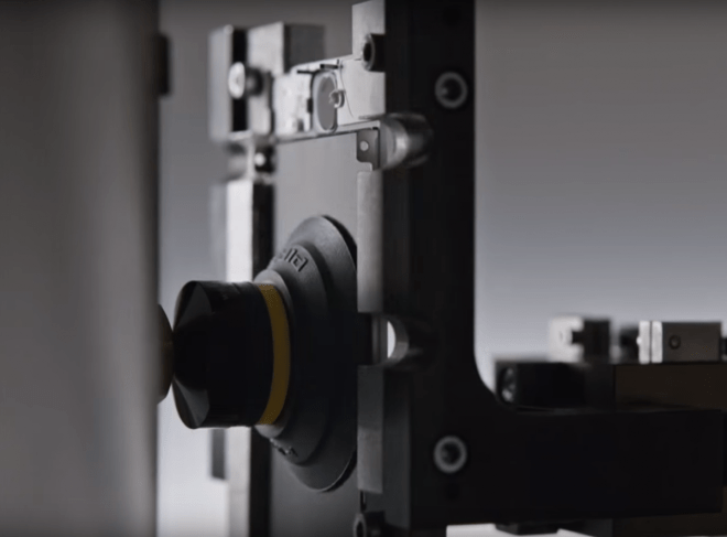 Neben Bohrern und automatischen Schraubenziehern kommen auch Saugnäpfe zum Einsatz, die Komponenten mit Unterdruck entfernen.