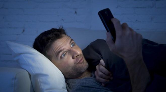 Im Dunkel lange Zeit auf das Smartphone starren, ist keine gute Idee (Foto: Shutterstock [Marco Mesa/Sam Wordley])
