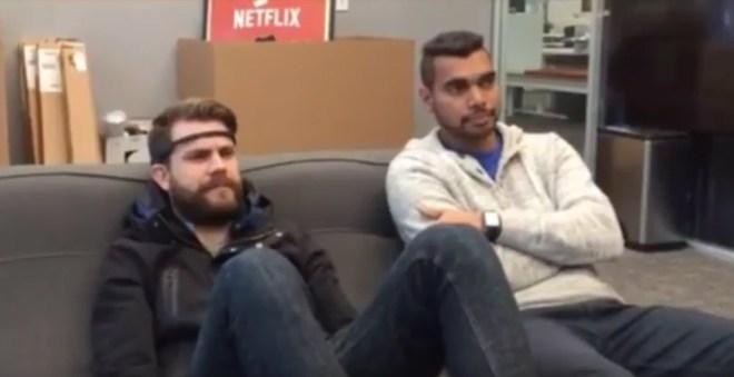 Einfach ein Stirnband aufgesetzt, schon steuern wir das TV Gerät mit unseren Gedanken bzw. Kopfbewegungen (Quelle: NetflixOpenSource / YouTube)