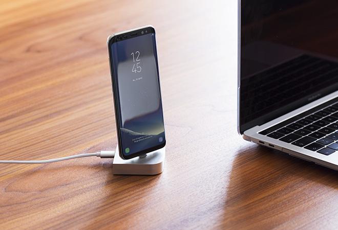 """Mit Hilfe des """"USB-C Dock"""" von Artwizz kannst du dein Smartphone bequem aufladen und synchronisieren. (Foto: Artwizz GmbH)"""
