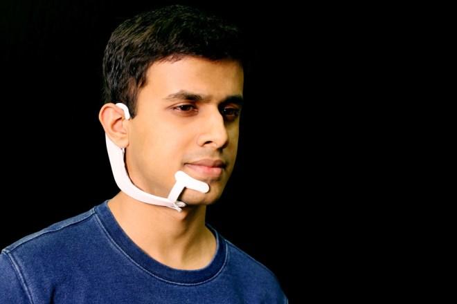 Arnav Kapur, Forscher in der Gruppe Fluid Interfaces am MIT Media Lab, demonstriert das AlterEgo-Projekt. Bild: Lorrie Lejeune / MIT