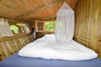 Besondere-Airbnb-unterkünfte-in-Europa-Baumhaus-Frankreich-Bett