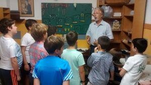 Francisco Giral explicando a los chicos la actividad de marquetería