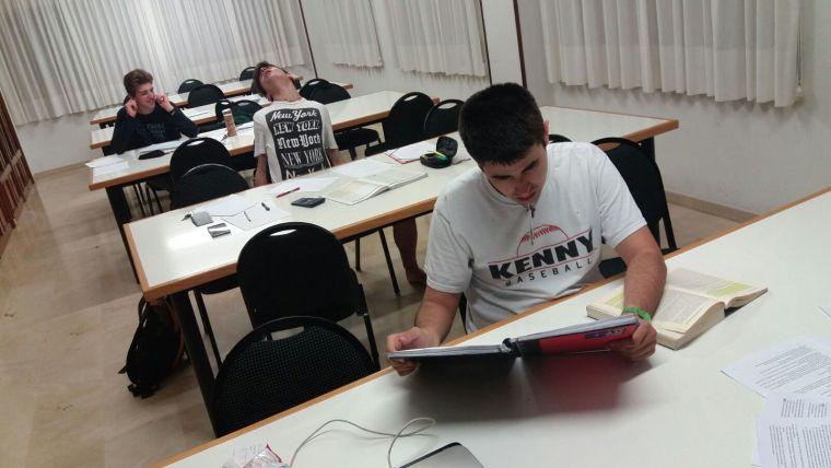 Aspecto de la sala de estudio a las 12.30 de la noche (Miguel posando como que está dormido, en verdad estaba currando)