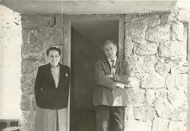 Ο γλύπτης Γιώργος Ζογγολόπουλος και η ζωγράφος Ελένη Πασχαλίδου - Ζογγολοπούλου στο σπίτι τους στο Ψυχικό τη δεκαετία 1950.