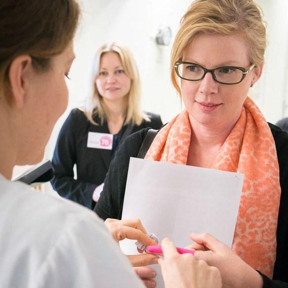 Vi stannade till hos handkirurgiska avdelningen där vimfick lära oss mycket om hjärnan, där mycket av handens för,ägarstyrning. Jag blev lite omplåstrad på handkirurgivis. Foto: Torkel Ekqvist, Fotogruppen SÖS.