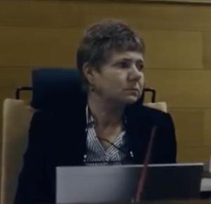 Kokoomuslainen käräjätuomari Annette Santamaa Ulvilasta ei katsonut olevansa jäävi tuomitsemaan Anneli Aueria.